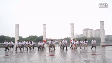 一大波大叔冒雨练习广场霹雳舞
