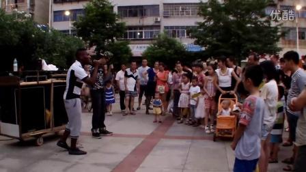 大学生BBOX助阵黑人艺人,4分17秒鬼步舞抢镜