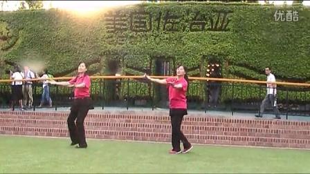 465、连云港市四季健身俱乐部在青岛世博园表演圆圈舞《我们的生活充满阳光》