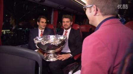 费德勒和瓦林卡在洛桑庆祝瑞士夺2014戴维斯杯冠军后在大巴士上的专访