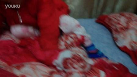 小baby将手套戴脚上