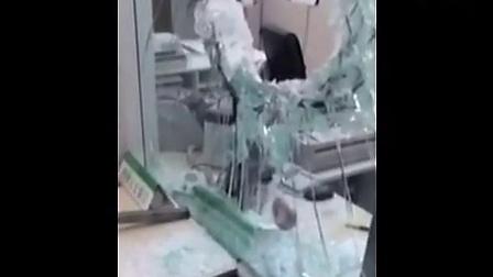 【寂寞君】实拍河北蒙面歹徒持铁锤抢银行 柜台玻璃被砸破!