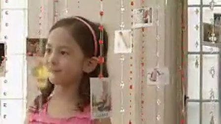R016小女孩看挂着的照片