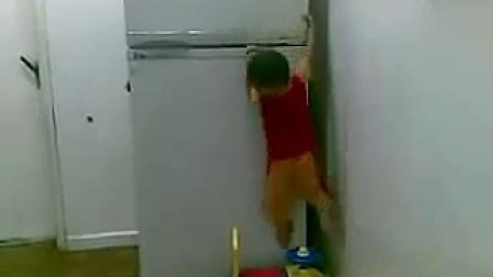 熊孩子好功夫!玩具汽车藏到冰箱上的熊孩子