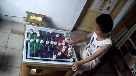 六岁的蒋云龙在练习弹队的走法