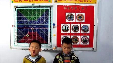 栾孟尧和王惠垚(yao)在演唱国际军棋歌