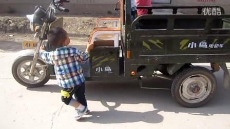 2岁男孩推电动三轮车
