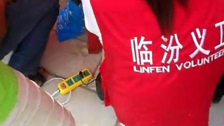 临汾盛天泉在考生服务现场,用仪器测试各家水质