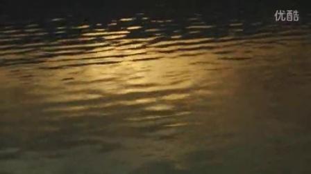 成都好美的夕阳,湖面倒映着霞光。