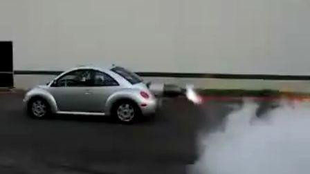 搭载着火箭助推器的大众甲壳虫