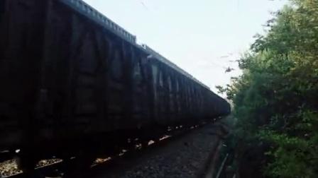 HXD3B牵引货列通过淮滨站