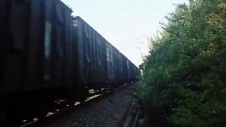 HXD1B牵引货列通过淮滨站