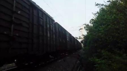 东风4牵引货列通过淮滨站