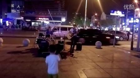 [拍客]实拍流浪歌手的卖唱