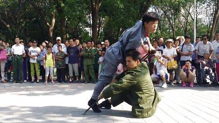 【拍客】震憾!90后残疾青年公园义演重现70年前抗战独腿英雄