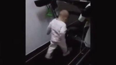 小P孩玩跑步机
