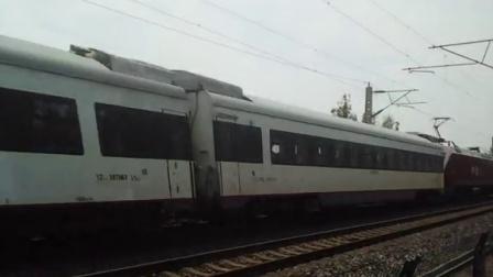 红枣牵引直104次高速通过范岗铁路桥