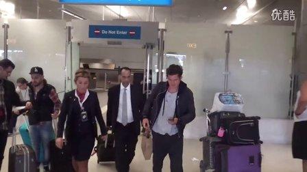 2015年10月1日 Orlando Bloom从东欧返回洛杉矶在机场被狗仔追问 by X17