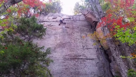 【哇哈哦哦】吓尿!男子攀岩途中坠落,即将砸地瞬间被绳索挂住