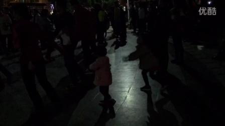 3岁女孩的舞姿