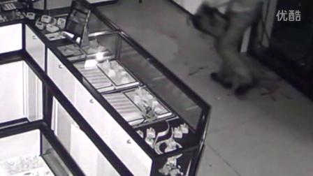 监控拍下男子砸窗盗取金店