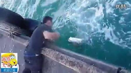 牛,看帅小伙如何空手从水里抓起一条超级大鱼的【幽默大巴】