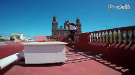 男子骑单车在屋顶上自由穿梭 翻跟斗跃入海中