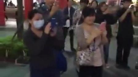 台湾一个街头艺人在演唱《江南》,没想到,原唱林俊杰来了
