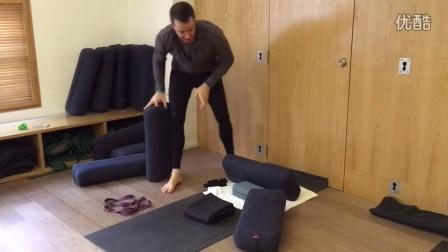 一种修复瑜伽的动作。Sacrum(骶髂关节???)不舒服可以试试看。