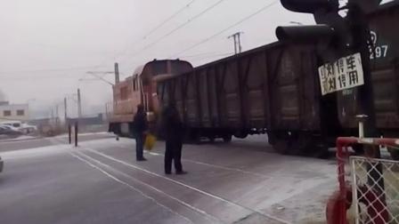DFH5-0444牵引2节敞车通过大同机车厂道口