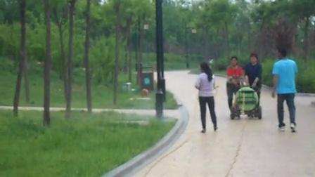临汾滨河公园工人在维护草坪