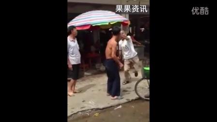 """街头惊现两大""""武林高手""""火拼"""