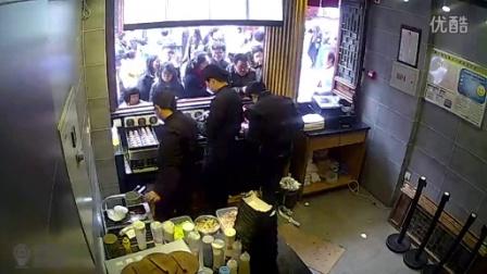 章鱼小丸子制作暴卖店内监控视频