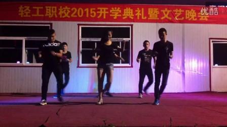 舞蹈老师和男同学团体舞