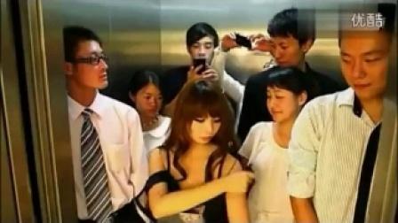 美女挤电梯让你流鼻血 搞笑视频笑死人不偿命,真逗...