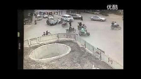 要笑死了,这人摩托车骑的.真心执着,这交通技术,搞笑爆笑