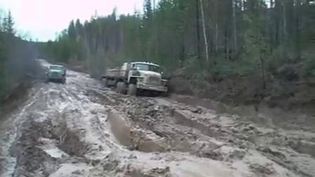 大货车泥地趴窝,后车司机不信邪强行通过,别人效仿结果傻眼了