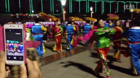 咸阳老年秧歌队来郧西旅游在七夕广场即兴表演