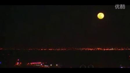 城市全景月亮升起时间快速流逝(从夜晚灯光到白天)