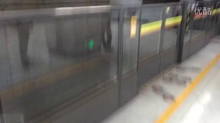 天津地铁一号线小白楼站(刘园方向)进站