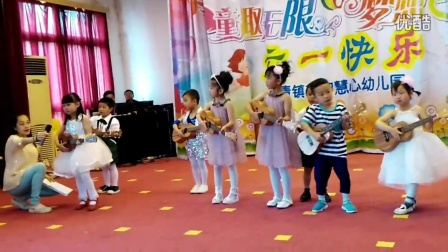 儿童节演出看宝贝多认真。