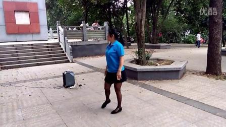 嘉鱼县文庙山公园广场舞   那里的山那里的水