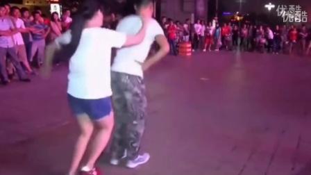 一对年轻男女广场舞