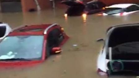 实拍安徽暴雨小车遭水淹没