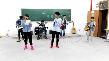 乐队演奏《平凡之路》 紫云民中吉他社