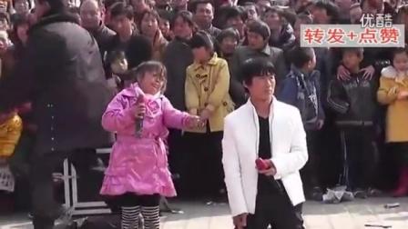 农村父女乞丐唱情歌,千人围观!火了
