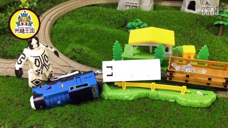 奥特曼阻止怪兽想抢光头强的水晶雕像 托马斯运货物小火车玩具视频