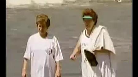 海滩上甩螃蟹到陌生人身上