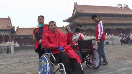 实况(2)《同唱生命之歌·百名残障人士游北京登长城·捐赠单脚鞋》