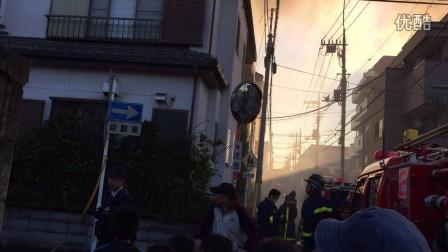 日本家附近直拍火灾现场2 烟雾太大,浓烟滚滚 暂时已经有人员伤亡